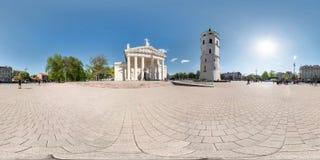 维尔纽斯,立陶宛- 2019年5月:充分的球状无缝的全景360度在老镇中心广场渔有教会的和 库存照片