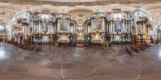 维尔纽斯,立陶宛- 2018年9月:由180度的充分的无缝的球状全景360角度图内部巴洛克式的天主教徒 图库摄影