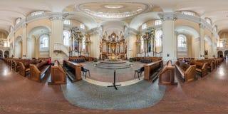 维尔纽斯,立陶宛- 2018年9月:由180度的充分的无缝的球状全景360角度图内部巴洛克式的天主教徒 免版税库存照片