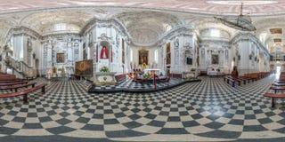 维尔纽斯,立陶宛- 2018年9月:由180度的充分的无缝的球状全景360角度图内部巴洛克式的天主教徒 库存图片