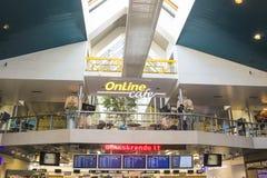 维尔纽斯,立陶宛- 2017年1月07日:人等待的飞行在2017年1月07日的维尔纽斯机场 免版税库存照片
