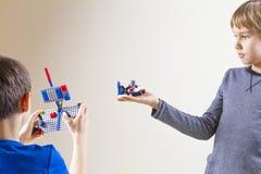 维尔纽斯,立陶宛- 2017年10月15日:使用与lego建筑玩具块的孩子 免版税库存照片
