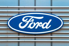 维尔纽斯,立陶宛2018年4月12日:在经销权` s大厦的福特商标 福特汽车是美国人 免版税图库摄影