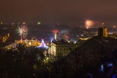 维尔纽斯,立陶宛2017年1月01日:对主要烟花的Beutifull视图,在对大教堂广场的新年晚上,钟楼 免版税库存图片