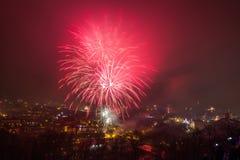 维尔纽斯,立陶宛2017年1月01日:对主要烟花的Beutifull视图,在对大教堂广场的新年晚上,钟楼 库存图片