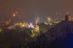维尔纽斯,立陶宛2017年1月01日:对主要烟花的Beutifull视图,在对大教堂广场的新年晚上,钟楼 库存照片