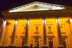 维尔纽斯,立陶宛- 2017年1月04日:市政厅广场在老镇在维尔纽斯,立陶宛晚上  免版税库存照片