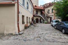 维尔纽斯,立陶宛- 2017年8月16日:有老建筑学后院的维尔纽斯区Uzupis  免版税图库摄影