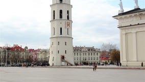 维尔纽斯,立陶宛- 2019年4月11日:有钟楼的大教堂广场 股票视频