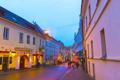 维尔纽斯,立陶宛- 2017年1月01日:未知的人民沿街道去在老镇,维尔纽斯,立陶宛 免版税库存照片