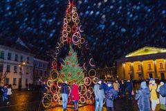 维尔纽斯,立陶宛- 2017年1月01日:未知的人民沿街道去在老镇,维尔纽斯,立陶宛 库存图片