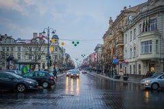 维尔纽斯,立陶宛- 2017年12月27日:沿街道的人步行 库存照片