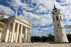 维尔纽斯,立陶宛- 2018年6月7日:维尔纽斯与白色云彩的大教堂和钟楼在蓝天和游人正方形的 免版税库存图片