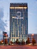 维尔纽斯,立陶宛- 2018年8月10日:维尔纽斯街市与自治市和企业大厦在背景中 立陶宛 库存照片