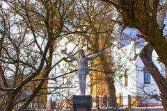 维尔纽斯,立陶宛- 2017年1月05日:背包徒步旅行者耶稣雕象  免版税库存照片