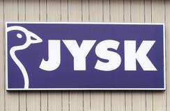 维尔纽斯,立陶宛- 2019年4月19日:Jysk商标公司 家具公司牌在大购物中心门面的  免版税库存图片