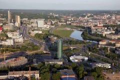 维尔纽斯:市中心, konstitucijos鸟瞰图在维尔纽斯,立陶宛勘察,河涅里斯河 库存图片