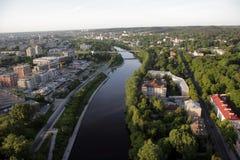 维尔纽斯:维尔纽斯老镇,河涅里斯河鸟瞰图在维尔纽斯,立陶宛 免版税库存照片