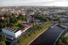 维尔纽斯:维尔纽斯老镇,河涅里斯河鸟瞰图在维尔纽斯,立陶宛 免版税库存图片
