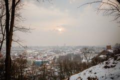 维尔纽斯/立陶宛- 2013年12月8日:冬天早晨雪Viln 免版税库存照片
