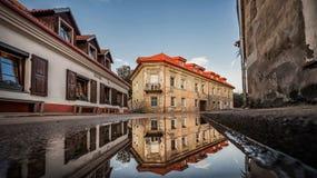 维尔纽斯Uzupis共和国 一最普遍的观光的地方在立陶宛 老大厦和反射在水 维尔纽斯Ol 免版税库存图片