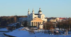 维帖布斯克,白俄罗斯 圣洁假定大教堂,以雅克布・科拉斯命名的全国学术戏曲剧院冬天视图  影视素材