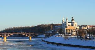 维帖布斯克,白俄罗斯 圣洁假定大教堂,以雅克布・科拉斯命名的全国学术戏曲剧院冬天视图  股票录像