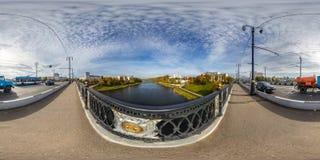 维帖布斯克,白俄罗斯- 2018年10月:充分的球状360程度在钢制框架建筑的角度图全景老城市巨大附近 库存照片