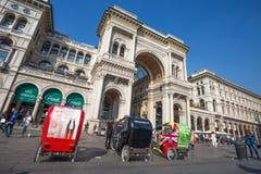 维托里奥Emanuele II画廊看法在中央寺院Square Piazza del Duomo,米兰,意大利 库存照片