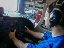 维护和随后起飞的试验乘出租车的飞机 图库摄影