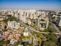 维拉玛丽安娜邻里的大厦和房子的全景在São保罗,巴西 免版税库存照片