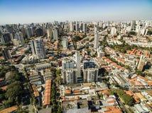 维拉玛丽安娜邻里的大厦和房子的全景在São保罗,巴西 免版税库存图片