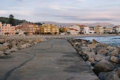 维拉Praia de安克拉,葡萄牙- 15/10/2018:有石头的空的码头和镇在晚上 镇静海滨城镇地标 免版税库存照片