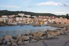 维拉Praia de安克拉,葡萄牙- 15/10/2018:有石头的空的码头和镇在晚上 镇静海滨城镇地标 库存图片