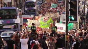 维持治安在马背上,前进的人群,反对保守的政府, 2015大选,布里斯托尔英国的抗议 股票录像