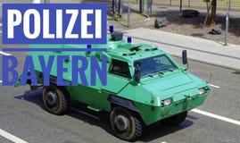 维持绿色防弹车治安,有在充分的乘驾的题字警察巴伐利亚警察任务法律的与行动迷离 免版税库存图片