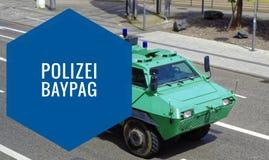 维持绿色防弹车治安,有在充分的乘驾的题字警察BayPag警察任务法律的与行动迷离 免版税图库摄影