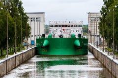 维捷格拉,俄罗斯- 2015年8月16日:货船进入了白色海波罗地运河门户 它在北极连接白海, 免版税库存图片