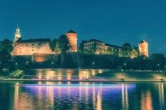 维斯瓦河的夜视图和Wawel在波兰市克拉科夫防御 定调子 免版税库存图片