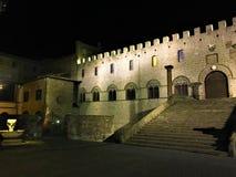 维泰博,在罗马,意大利附近的中世纪古城 罗马教皇的宫殿、正方形、楼梯、夜、阴影和光 免版税库存照片