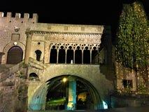维泰博,教皇城市,意大利 古老曲拱、大厦和圣诞树 免版税库存图片