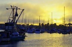 维特纳与渔和帆船的港口黎明 图库摄影