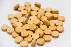 维生素在灰色背景的补充药片 库存图片