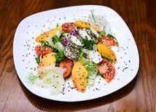 维生素芝麻菜和蕃茄夏天沙拉在板材服务 维生素的菜沙拉富有 饶恕动物,吃a 免版税库存图片