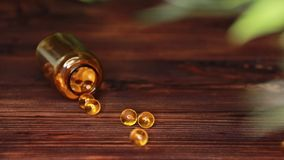维生素补充药片Ω 3 在木桌上的鱼肝油医学 鱼油胶囊 影视素材