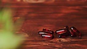 维生素补充药片Ω 3 在木桌上的鱼肝油医学 鱼油胶囊 股票录像