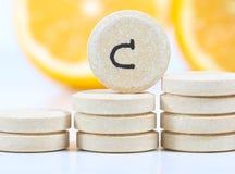 维生素C和新柠檬预防措施反对病毒 库存照片