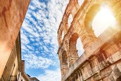 维罗纳、古老罗马圆形剧场在日出期间的意大利和与云彩的蓝天竞技场  库存照片