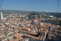维罗纳从朗贝尔蒂塔的市视图在维罗纳 旅行,假日,建筑学 2015年3月30日 维罗纳,威尼托地区,意大利 图库摄影
