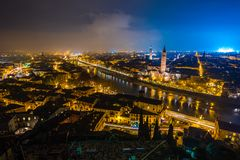 维罗纳地平线在意大利在晚上 免版税库存照片